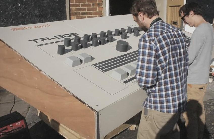 Шотландские умельцы собрали 2,5-метровый Roland TR-909