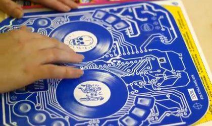 Обложка альбома DJ Qbert работает как диджейский контроллер
