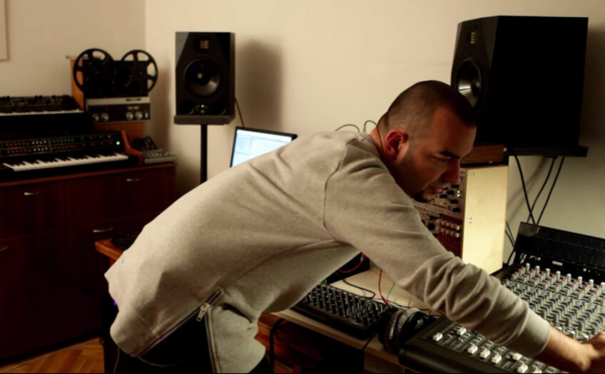 Смотрите музыкальную сессию KiNK в его домашней студии