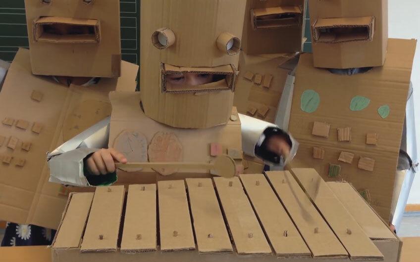 Видео, как немецкие школьники переиграли трек Kraftwerk «Die Roboter»