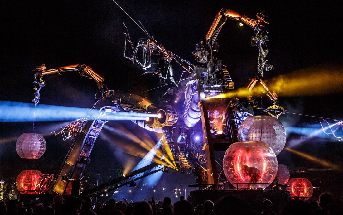 Фотографии со сцены Arcadia на Glastonbury 2016