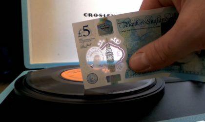 На новой британской пятифунтовой банкноте можно слушать пластинки