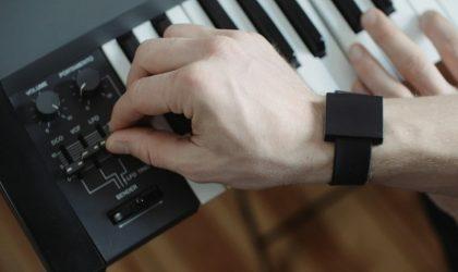 Создан браслет, который позволит ощутить бас рукой