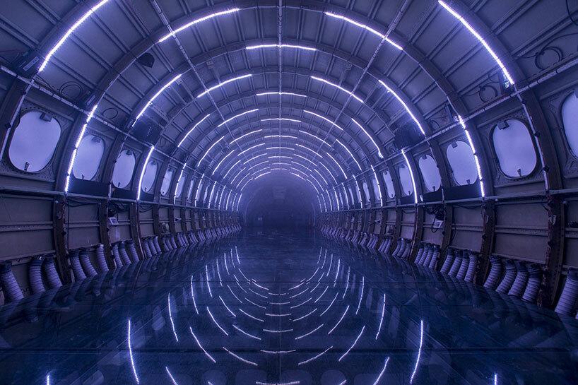 В салоне самолета создали потрясающую свето-звуковую инсталляцию