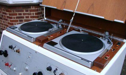 На eBay на продажу выставлена винтажная консоль BBC с проигрывателями Technics