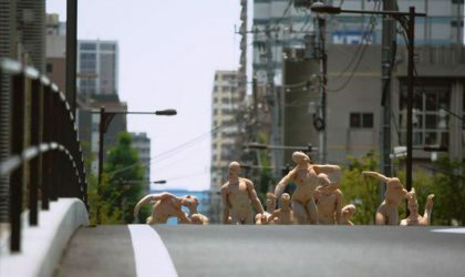 Дэвид Левандовски заполонил улицы Токио гуттаперчевыми и обнаженными телами