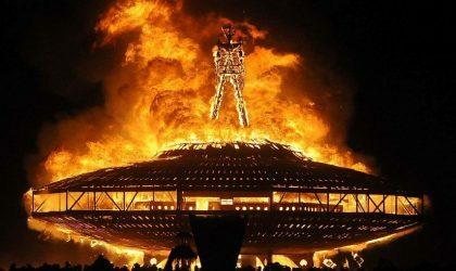 Умер посетитель Burning Man, который в субботу прыгнул в костер с горящей фигурой человека