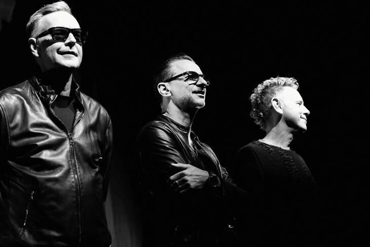 В новом клипе Depeche Mode «Cover Me» Дейв Гэхэн отправился в космос