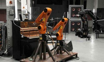 В своем клипе Нигель Стенфорд играет музыку с группой, состоящей из роботов