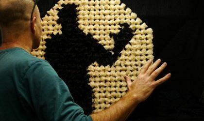 Израильский художник создает интерактивные зеркала из всего, что может найти