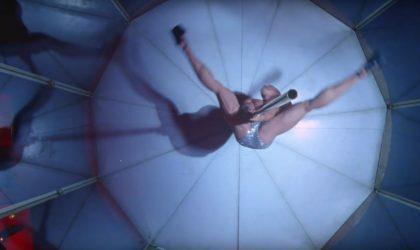В новом клипе Justice «Love SOS» бодибилдер танцует на пилоне
