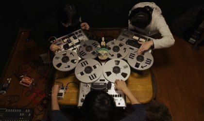 Смотрите, как японский Open Reel Ensemble управляется с бобинными магнитофонами