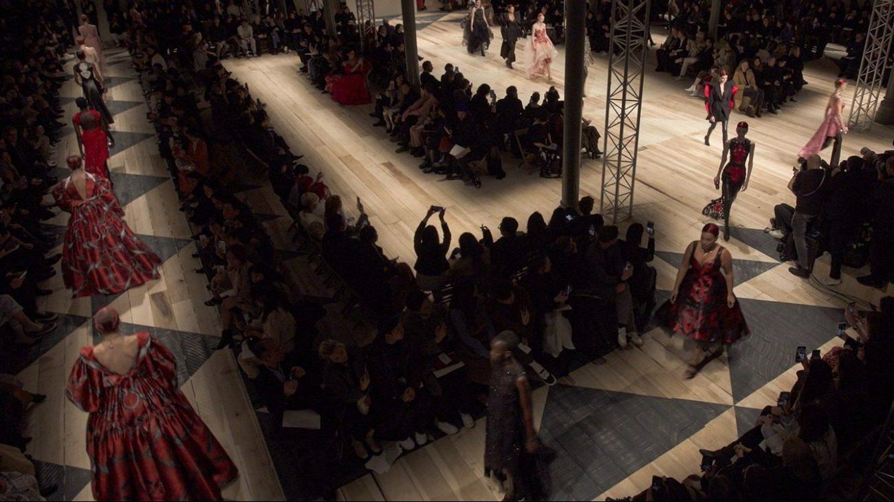 Дэниэл Эйвери и Алессандро Кортини озвучили показ Alexander McQueen на Неделе моды в Париже