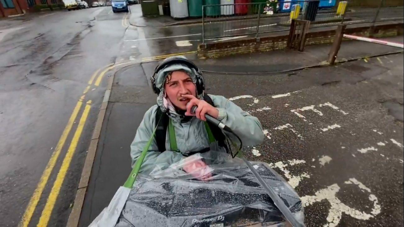 Диджей-влогер сыграл сет под дождем, гуляя по улицам Лондона