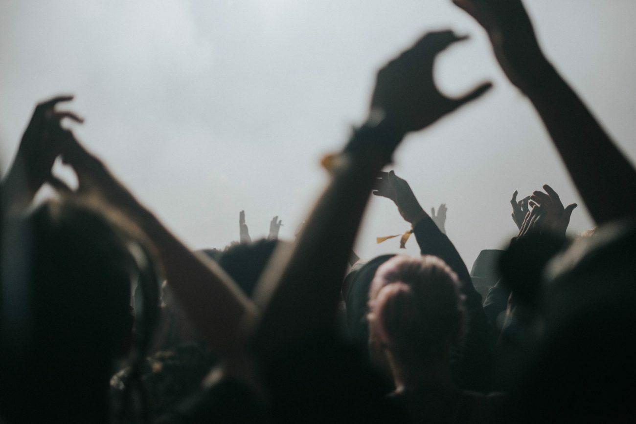 На нелегальном рейве во Франции собрались 10 тыс. человек