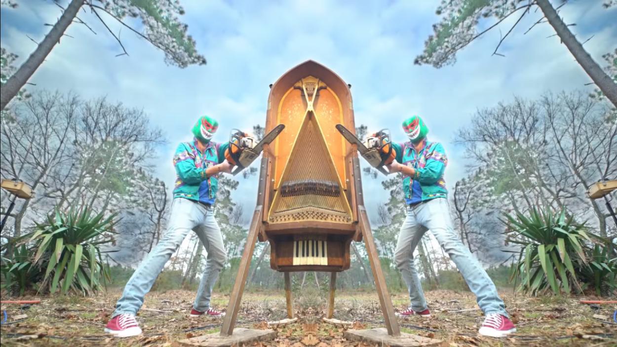 Стучит, дергает струны и пилит рояль: Mezerg выпустил новый клип