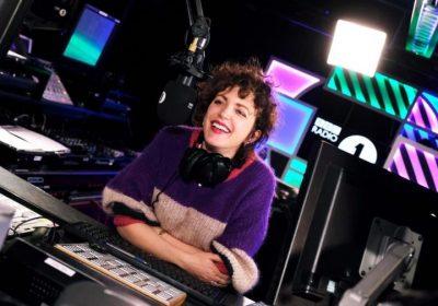 Энни Мак покинет Radio 1 после 17 лет работы на станции