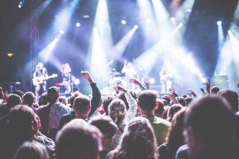 В Латвии протестируют безопасную работу кино, театров и проведение концертов